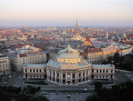 Vienna Sightseeing Tour by a Private Helicopter from Budapest