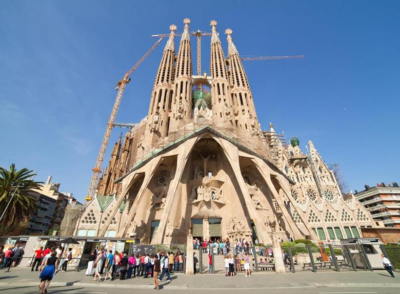 Fast Track Guided Tour: Sagrada Familia with Towers & Park Güell Tour from Barcelona