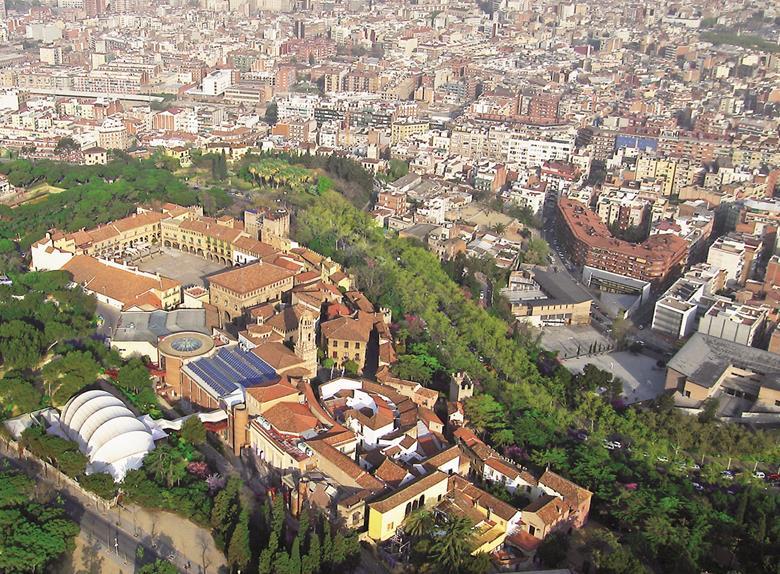 Barcelona combo tour gaudi the sagrada familia for La roca barcelona
